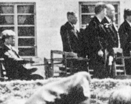 米軍統治下の1952年、沖縄戦で焼失した首里城跡地での「琉球政府」創立式典で、起立せずに米政府への宣誓を拒んだ瀬長=「不屈館」提供